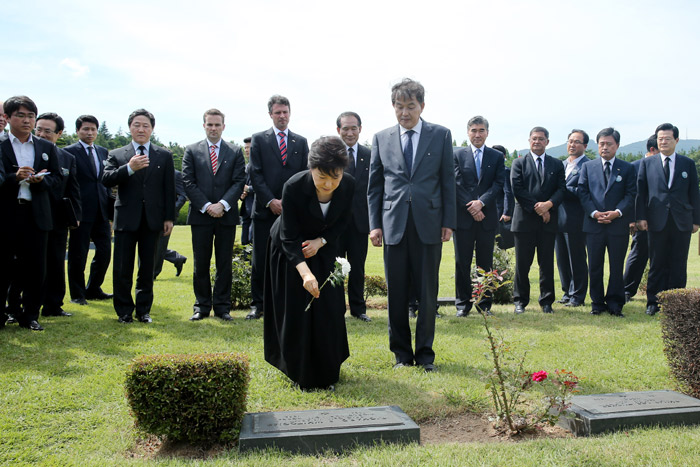 President Park Geun-hye (center) lays a flower at one of the tombs of UN soldiers in the UN Memorial Cemetery (photo: Cheong Wa Dae).