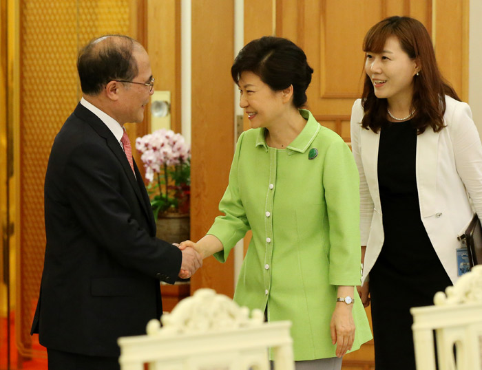 President Park (center) shakes hands with Nguyen Sinh Hung, chairman of the National Assembly of Vietnam, at Cheong Wa Dae on July 23 (photo: Cheong Wa Dae).