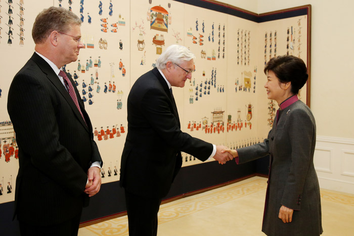 President Park Geun-hye (right) shakes hands with Royal Dutch Shell CEO Peter Voser at Cheong Wa Dae on October 15. (Photo: Cheong Wa Dae)