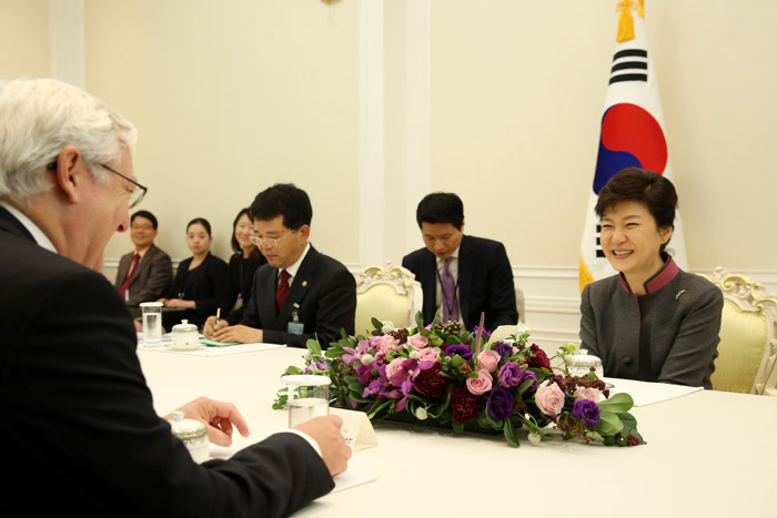 President Park Geun-hye (right) talks with Royal Dutch Shell CEO Peter Voser about economic cooperation at Cheong Wa Dae on October 15. (Photo: Cheong Wa Dae)