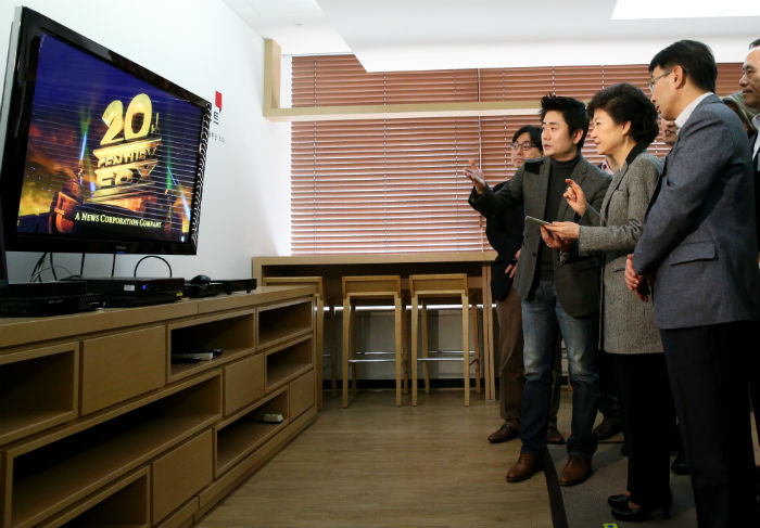 President Park (second from right) tries a smart set-top box during her visit to Alticast, a broadcasting software firm in southern Seoul, on March 12 (photo courtesy of Cheong Wa Dae).