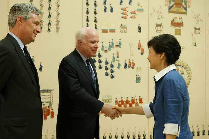 President Park Geun-hye (right) shakes hands with Senator John McCain during a meeting at Cheong Wa Dae on August 26 (photo: Cheong Wa Dae).