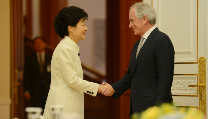 President Park (left) shakes hands with Senator Bob Corker on March 29 at Cheong Wa Dae (photo from Cheong Wa Dae).