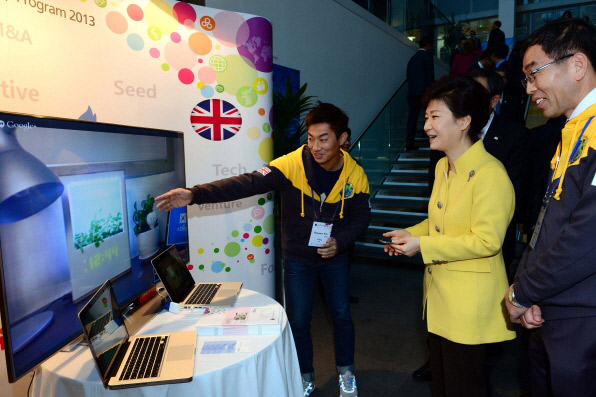 President Park (second from right) tries out some new software at the Korea-UK Creative Economy and Future Science Forum at Imperial College London on November 6. (Photo: Cheong Wa Dae)