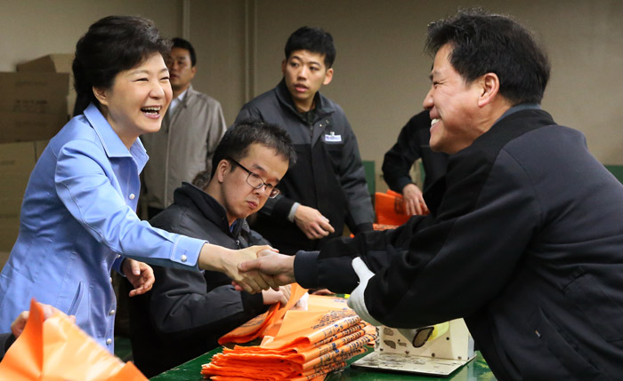 President Park (left) shakes hands with a worker of the vocation training center for the disabled on April 16 (photo: Cheong Wa Dae).