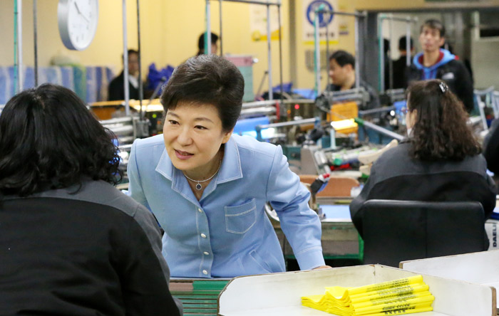 President Park Geun-hye (center) listens to a worker at a vocation training center for the disabled in Paju, Gyeonggi-do, on April 16 (photo: Cheong Wa Dae).