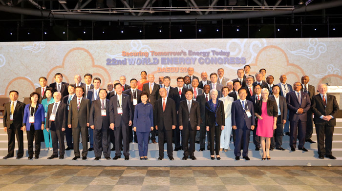President Park Geun-hye (seventh from left) poses for an official group photo with participants at the World Energy Congress Daegu 2013 on October 16. (Photo courtesy of the World Energy Congress Daegu 2013 organizing committee)