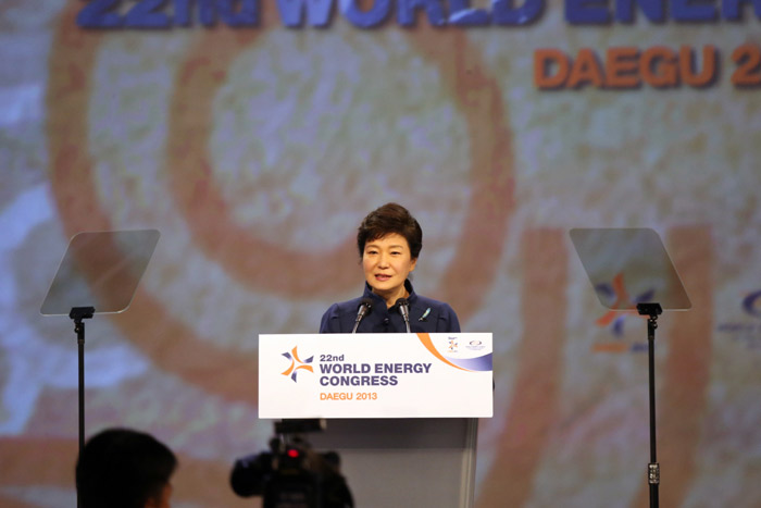 President Park Geun-hye delivers her keynote speech at the World Energy Congress Daegu 2013 in the city's EXCO Hall on October 16. (Photo courtesy of the World Energy Congress Daegu 2013 organizing committee)