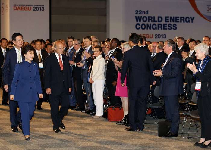 President Park Geun-hye (left) is greeted by attendees at the World Energy Congress Daegu 2013 as she enters the venue on October 16. (Photo: Cheong Wa Dae)
