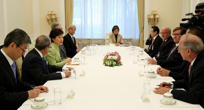 President Park Geun-hye (third from left) holds talks with ambassadors from Western Europe and the Commonwealth of Nations on April 17 at Cheong Wa Dae (photo from Cheong Wa Dae).