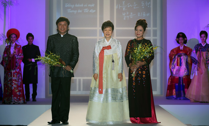President Park Geun-hye (center) and Vietnamese designer Lan Huong and Le Si Hoang pose for photos at the fashion show held in Hanoi, Vietnam, on September 8 (photo: Jeon Han).