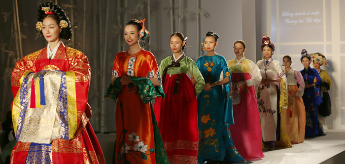 Models walk the runway to show the beauty of Hanbok and ao dai at the fashion show held at Keangnam Hanoi Landmark Tower in Hanoi, Vietnam, on September 8 (photo: Jeon Han).