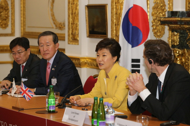 President Park Geun-hye (center) attends the Korea-UK Global CEO Forum and the Joint Economic and Trade Committee on November 6 in London. (Photo: Cheong Wa Dae)