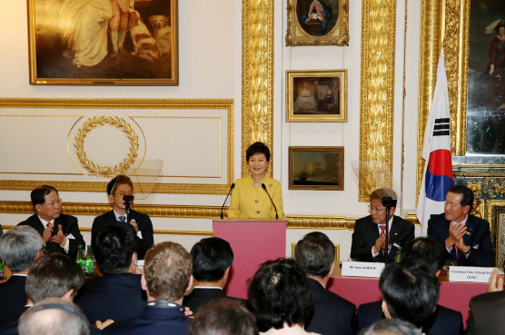 President Park Geun-hye (center) addresses at the Korea-UK Global CEO Forum and the Joint Economic and Trade Committee on November 6 in London. (Photo: Cheong Wa Dae)