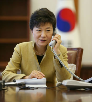 President Park Geun-hye has a telephone conversation with Chinese President Xi Jinping (photo courtesy of Cheong Wa Dae).
