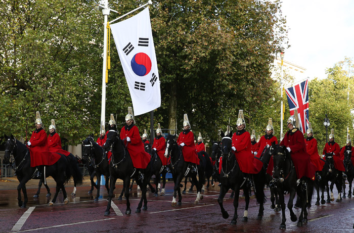 The Royal Horse Guards follow the royal carriage carrying President Park, the queen and her spouse to Buckingham Palace in London on November 5. (Photo: Jeon Han)