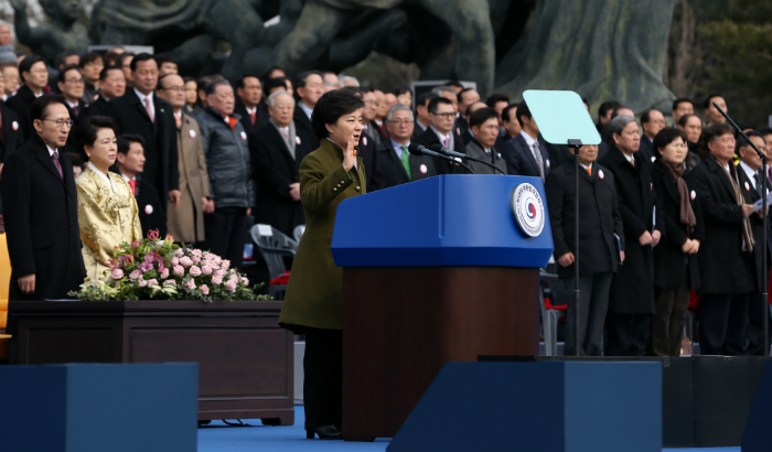 President Park Geun-hye (center) takes an oath of office at the presidential inauguration ceremony (National Assembly = Jeon Han)