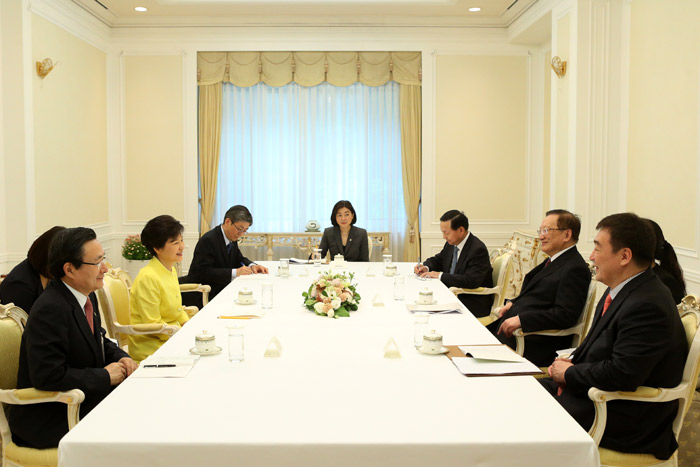President Park Geun-hye (second from left) on June 14 holds a meeting with former Chinese Foreign Minister Tang Jiaxuan at Cheong Wa Dae (photo: Cheong Wa Dae).