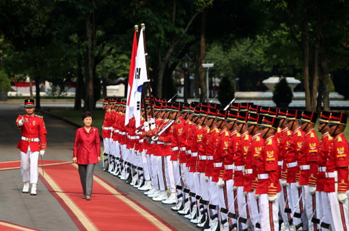 President Park Geun-hye (second from left) inspects honor guards during the official welcome ceremony held in Jakarta, Indonesia, on October 12. (Photo: Cheong Wa Dae)