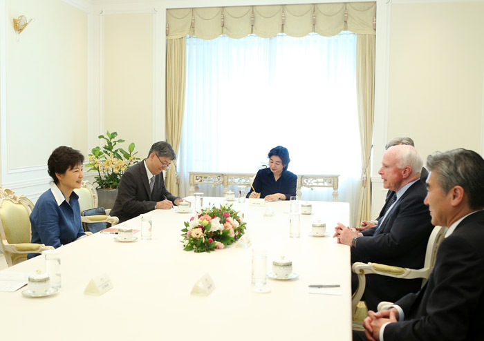 President Park (left) talks with Senators John McCain and Sheldon Whitehouse at Cheong Wa Dae on August 26 (photo: Cheong Wa Dae).