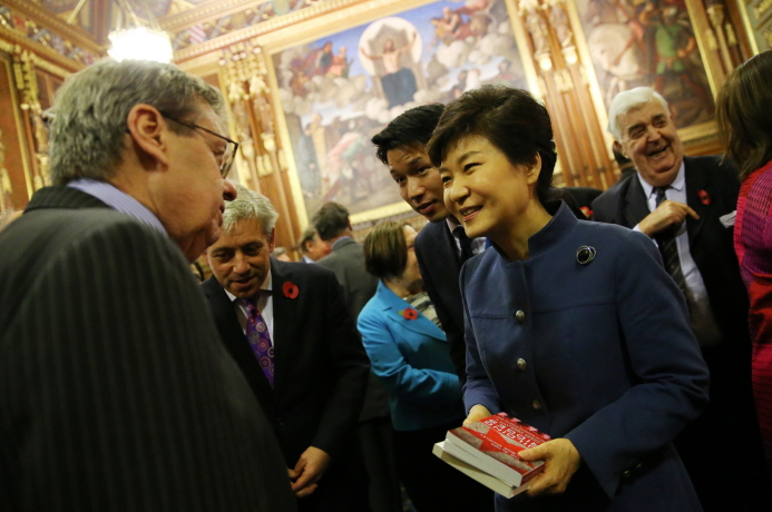 President Park Geun-hye shakes hands with the members of the British Parliament. (photos: Cheong Wa Dae)