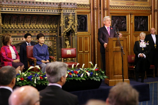 President Park Geun-hye (second from left) is given warm welcome by the members of the British Parliament in the Royal Robing Room in the Westminster Abbey in London. (photos: Cheong Wa Dae)