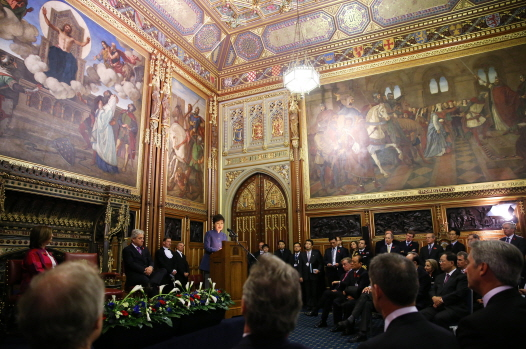 President Park Geun-hye (middle) gives a speech at the Royal Robing Room in the Westminster Abbey in London. (photo: Cheong Wa Dae)