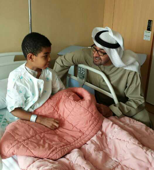 Mohammed bin Zayed bin Sultan Al Nahyan, crown prince of Abu Dhabi (right), comforts Omar, an eight-year-old boy who was suffering from hypoplastic anemia, an incurable blood disease. The boy underwent bone marrow transplant surgery in Korea. He is now receiving outpatient treatment. (photo courtesy of the Catholic University of Korea, Seoul St. Mary's Hospital)