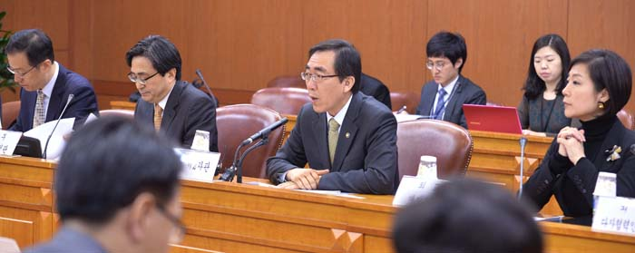 During a November 12 meeting, Second Vice Minister of Foreign Affairs Cho Tae-yul (second from right, bottom) and participants discuss ways to offer relief aid to the typhoon-ravaged Philippines. (photos courtesy of the MOFA)