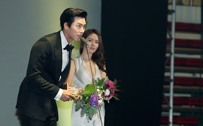 Hyun Bin (left) speaks after receiving a Producers' Choice Award during the opening ceremony of Pifan on July 17. (photo: Jeon Han)