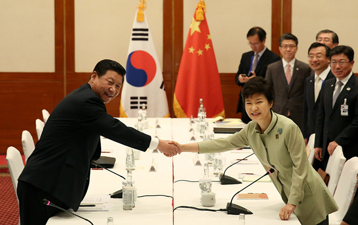 President Park Geun-hye (right) shakes hands with Chinese President Xi Jinping during the Korea-China summit on the sidelines of the APEC meeting in Bali, Indonesia, on Oct. 7. (Photo: Cheong Wa Dae)