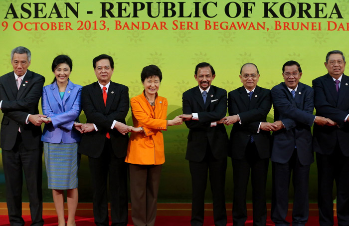 President Park Geun-hye (fourth from left) poses for photos with other leaders at the Korea-ASEAN Summit in Brunei on October 9. (Photo: Cheong Wa Dae)