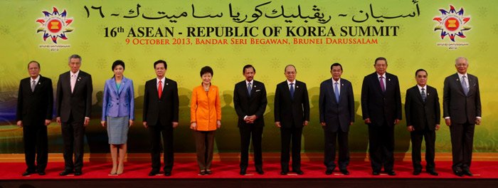 President Park Geun-hye (fifth from left) poses for an official group photo with other leaders at the Korea-ASEAN Summit in Brunei on October 9. (Photo: Cheong Wa Dae)