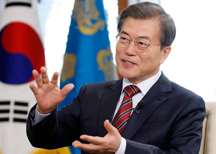 문재인 대통령이 8일 청와대에서 가진 중국 CCTV와의 인터뷰에서 수교 25년을 맞은 한·중 관계에 대해 말하고 있다.