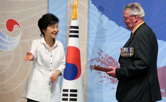 President Park Geun-hye (left) greets George M., Gadd, a war veteran from Britain who represents the International Federation of Korean War Veterans Association, after presenting an appreciation plaque at a reception for Korean War veterans held at a hotel in Seoul on June 24 (photo: Jeon Han).