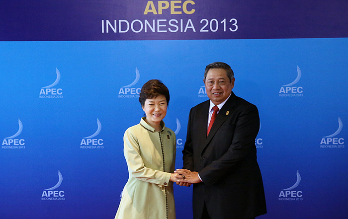 President Park Geun-hye (left) shakes hands with Indonesian President Susilo Bambang Yudhoyono prior to the APEC Business Advisory Council (ABAC) on October 7. (Photo: Cheong Wa Dae)