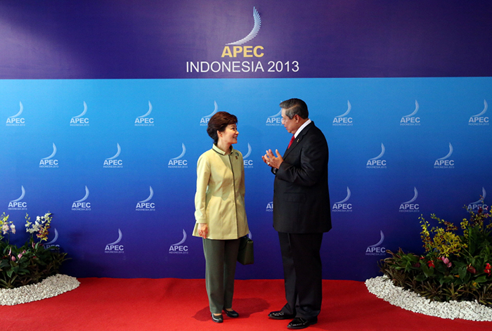 President Park Geun-hye (left) talks with Indonesian President Susilo Bambang Yudhoyono during the first session of the APEC Leaders' Meeting on October 7. (Photo: Cheong Wa Dae)