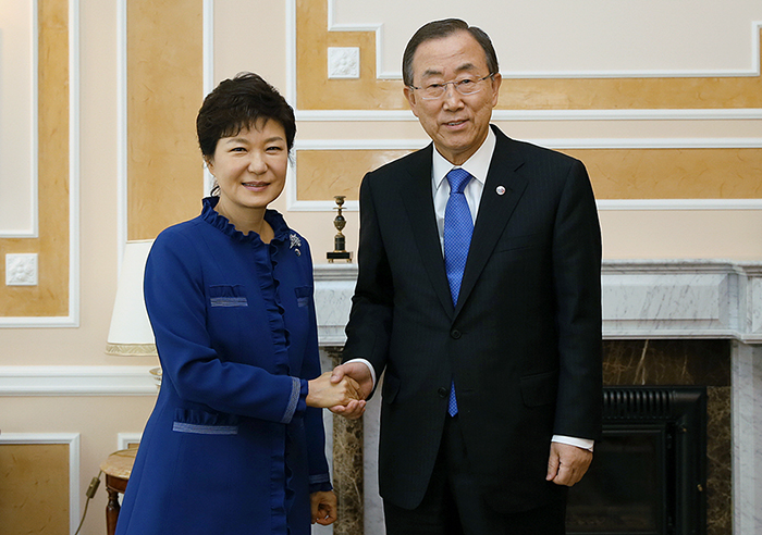 President Park Geun-hye (left) meets with UN Secretary General Ban Ki-moon on September 5 in Saint Petersburg, Russia (photo: Cheong Wa Dae).
