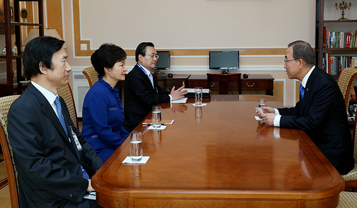 President Park Geun-hye (second from left) holds a meeting UN Secretary General Ban Ki-moon on September 5 in Saint Petersburg, Russia (photo: Cheong Wa Dae).