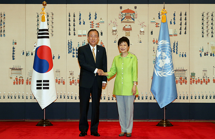 President Park Geun-hye (right) and UN Secretary General Ban Ki-moon pose for photos at Cheong Wa Dae on August 23 (photo: Cheong Wa Dae).
