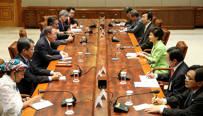 President Park Geun-hye (third from right) and UN Secretary General Ban Ki-moon talk during a meeting at Cheong Wa Dae on August 23 (photo: Cheong Wa Dae).