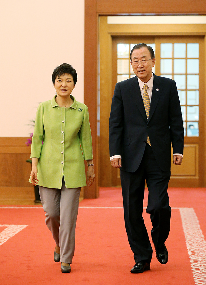 President Park Geun-hye (left) and UN Secretary General Ban Ki-moon enter the press conference venue (photo: Cheong Wa Dae).