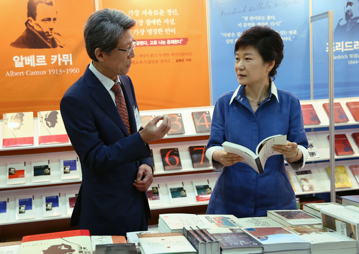 President Park Geun-hye (right) talks with a publisher who produces books in liberal arts during her visit to Seoul International Book Fair on June 19 (photo: Jeon Han).