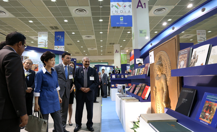 President Park (second from left) looks at the Indian booth at the fair. India participated in the fair as a guest of honor (photo: Jeon Han).