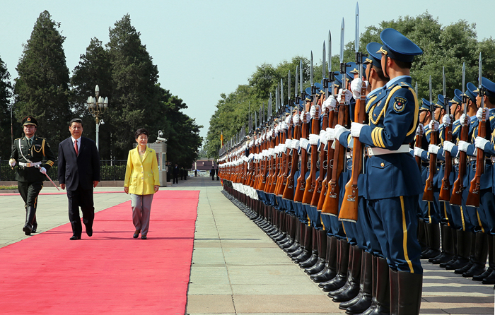 President Park Geun-hye and Chinese President Xi Jinping inspect the honor guard jointly composed of the Chinese army, navy, and air force in front of the Great Hall of the People in central Beijing (photo: Cheong Wa Dae).