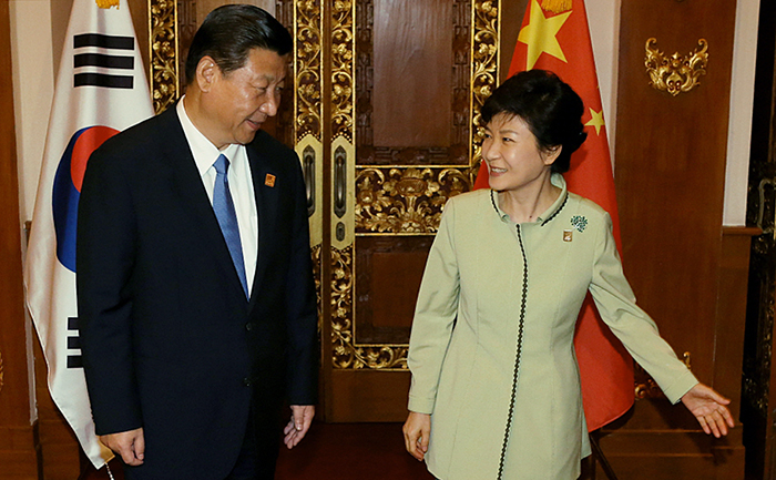 President Park Geun-hye (right) meets with Chinese President Xi Jinping prior to the Korea-China summit on the sidelines of APEC meeting in Bali, Indonesia, on Oct. 7. (Photo: Cheong Wa Dae)