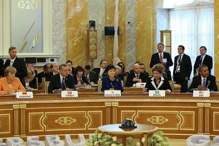 1. (From left) German Chancellor Angela Merkel, Turkish Premier Recep Tayyip Erdoğan, Korean President Park Geun-hye, Brazilian President Dilma Rousseff, and American President Barack Obama attend the opening session of Group of 20 Summit in St. Petersburg, Russia, on September 9 (photo courtesy of Cheong Wa Dae).