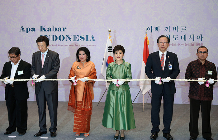 President Park Geun-hye (third from right) cuts a ribbon scented with jasmine, a national flower of Indonesia, along with representatives from both nations. To her right stands Indonesian Minister of Tourism and Creative Economy Mari Elka Pangestu. (photo: Jeon Han)