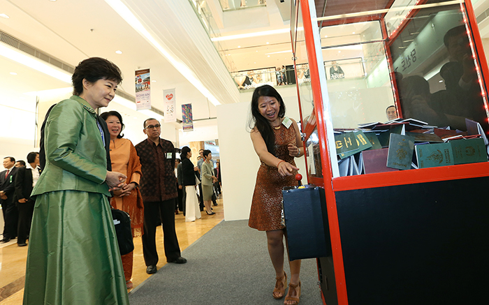 Indonesian artist Tintin Wulia explains to President Park her artwork on October 11. (photo: Jeon Han)