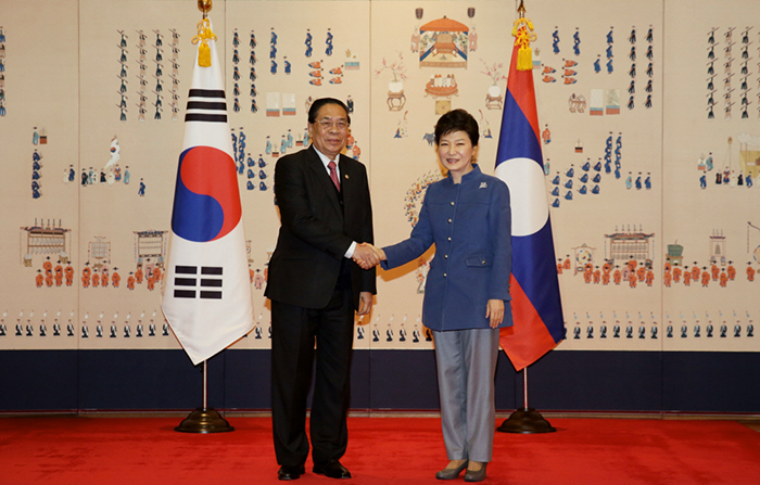 President Park Geun-hye (right) and Laotian President Choummaly Sayasone pose for photos prior to the Korea-Laos summit talks on November 22 at Cheong Wa Dae. (Photo: Cheong Wa Dae)
